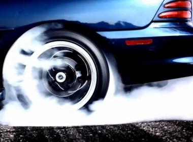 řidičem driftovací káry