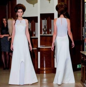 jednoduché šaty lze lépe kombinovat s dalšími doplňky a vždy budete vypadat jinak