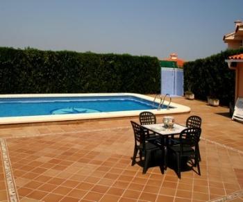 Venkovní dlažbu oceníte v prostoru kolem bazénu, kde je nejpraktičtější zvolit právě tento povrch