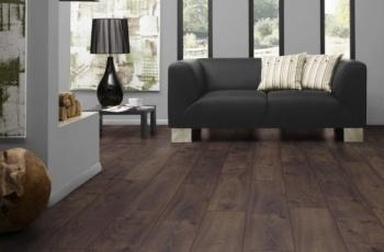 Extrémně dlouhá prkna laminátové podlahy dodávají interiéru krásný vzhled.