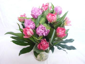 Živá kytice z tulipánů bude slušet každému stolu.