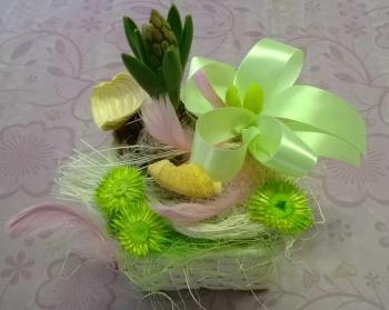 Košíček můžete postavit kamkoli - hyacint a zelená barva symbolizuje jaro, pírka zase velikonoce