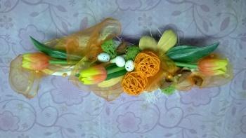 Dekorace na stůl - oranžová a zelená barva jsou veselé, vajíčka jsou spojená s Velikonocemi a tulipány s jarem. Proutěné koule a šifon vytváří konečný dojem.