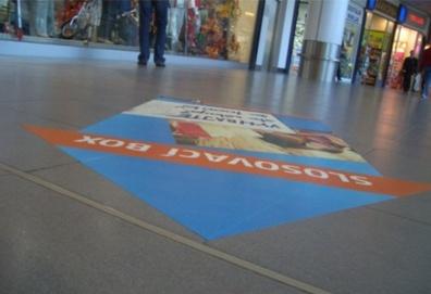 digitální tisk na podlaze - reklama, která vaše zákazníky nasměruje k vám