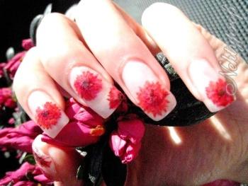 ukázka nehtů zdobených červenými sušenými květinami
